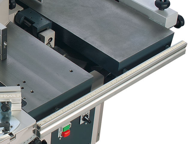 Perfect, continuous guiding of the rip fence for parallel cuts with your C3 31 combination machine.